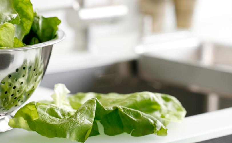 Salat auf Arbeitsfläche
