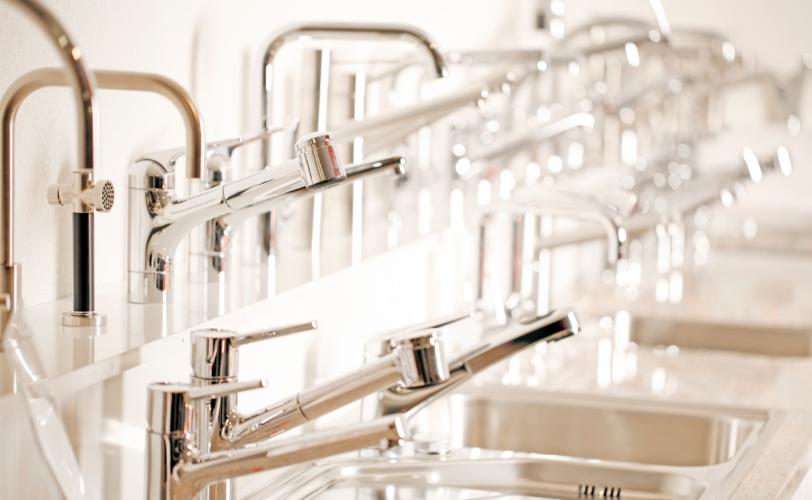 Eine grosse Auswahl an Küchenarmaturen finden Sie in den Showrooms von Fischer AG