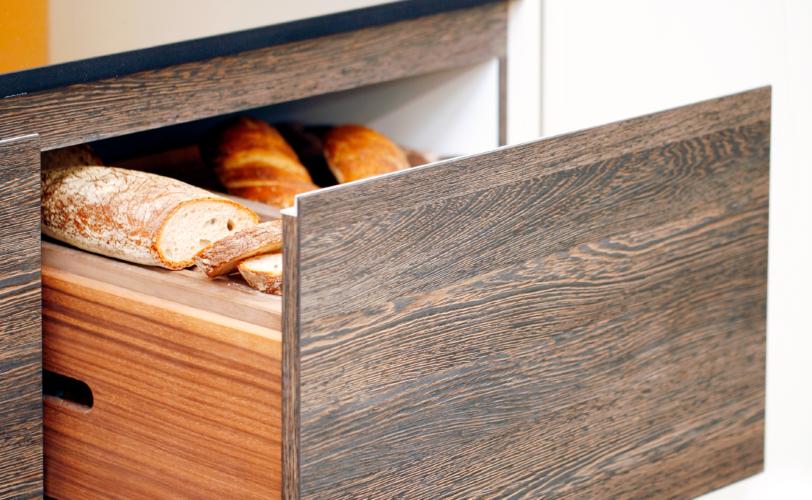 Küchenmöbel mit integrierter Brotschublade
