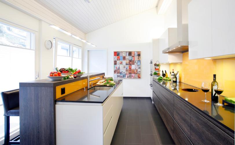 Küche mit Kücheninsel von Fischer AG