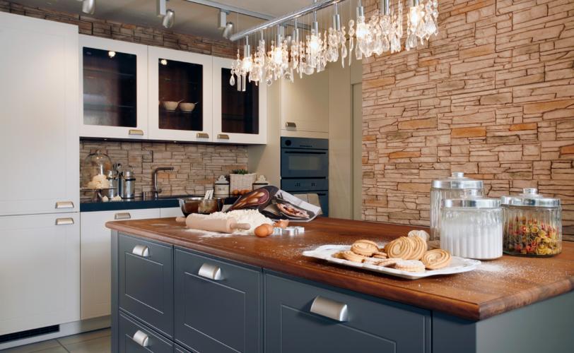 Küche mit Kücheninsel in Landhaus